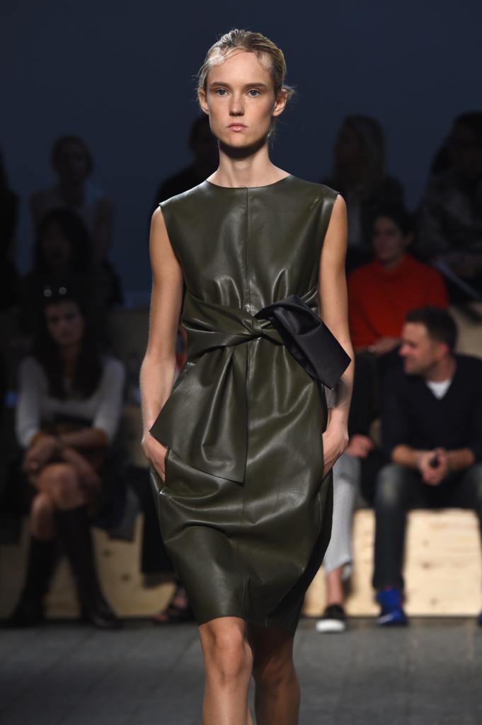 Silhouette asciutte con volumi sobri, abito nero con cintura a fiocco in vita