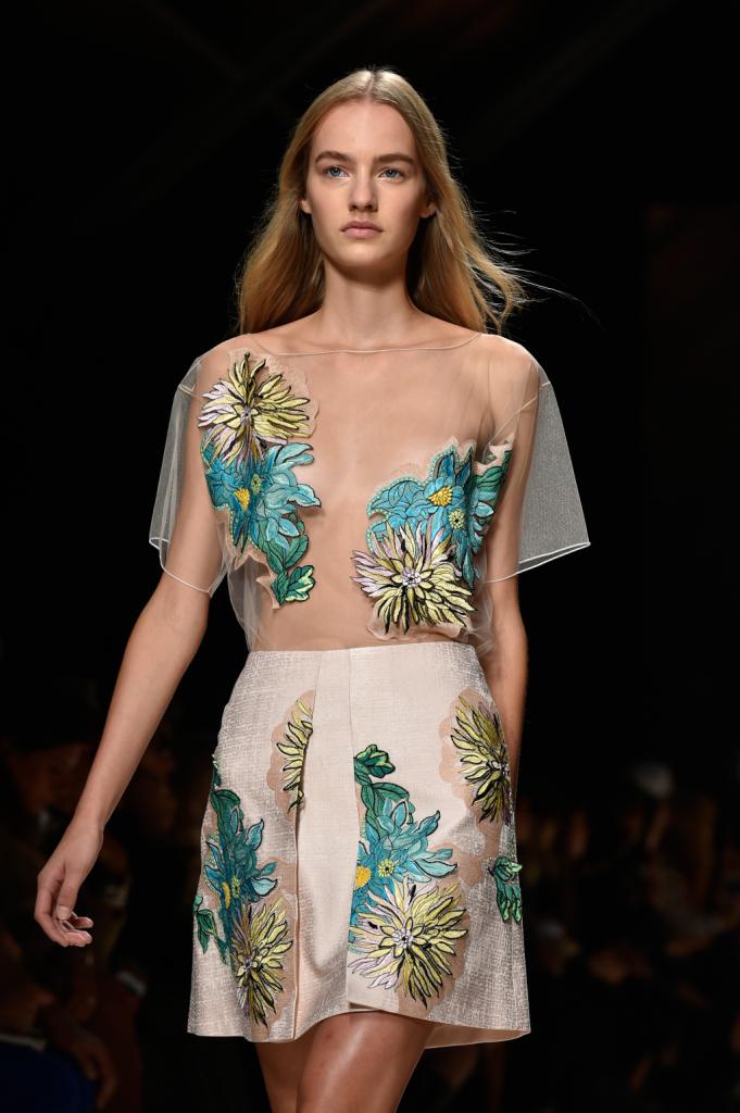 Trasparenze, fiori e bianco dominano la collezione Bluemarine ss 2015