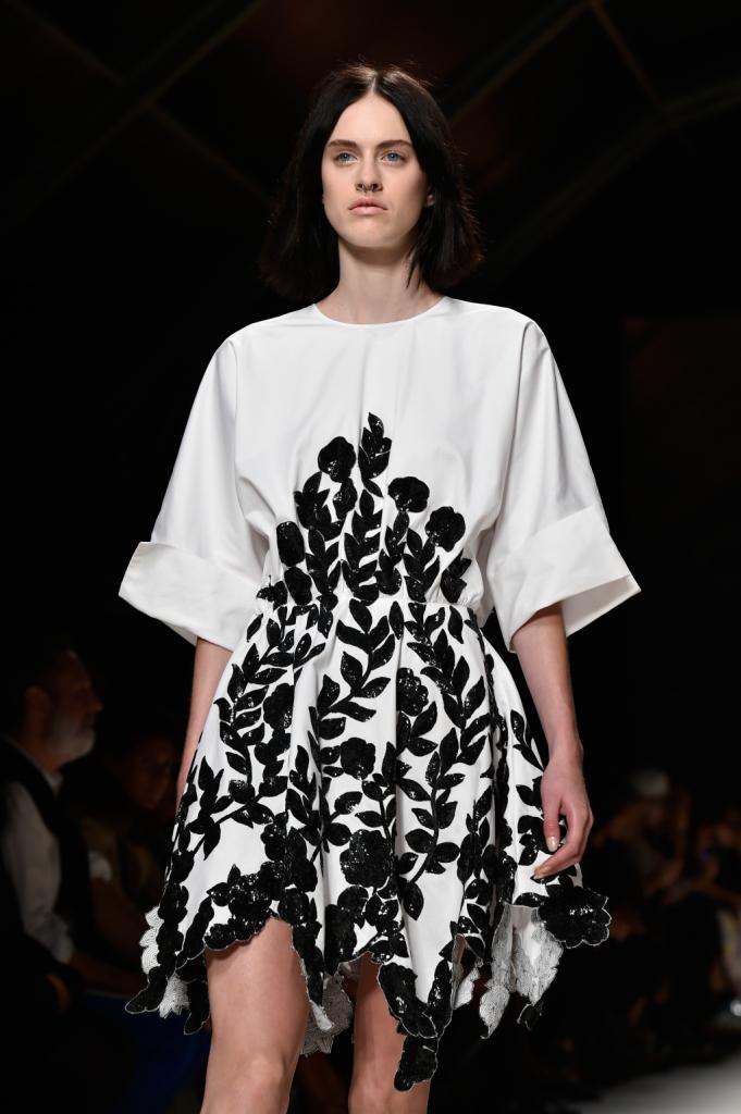 Abito-tunica bianco con ricami floreali neri / Bluemarine ss 2015