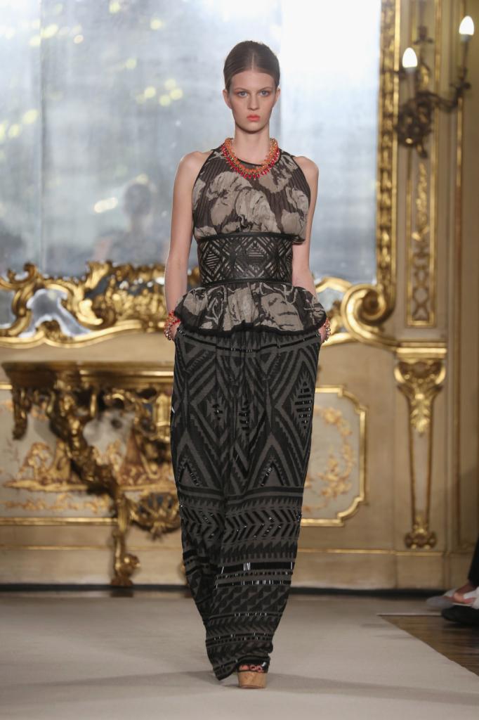 Un'alta fascia stringe in vita il top abbinato ad ampi pantaloni / Les Copains ss 2015