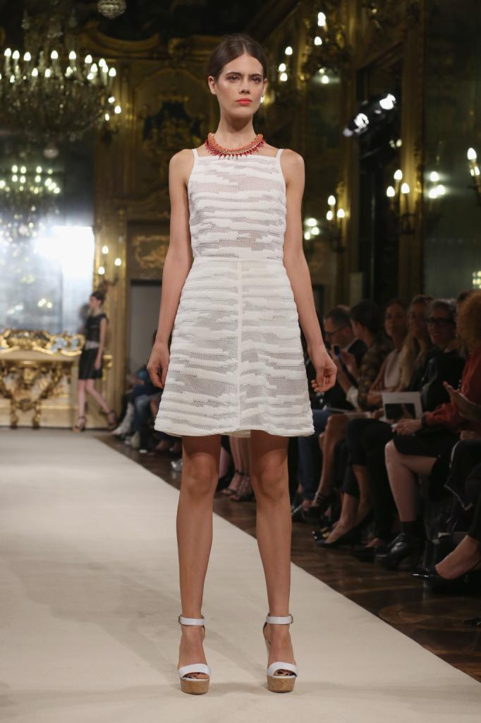 Mini dress bianco con collana colorata abbinato / Les Copains ss 2015