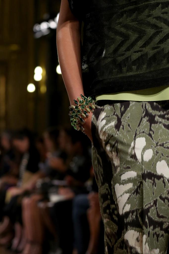 Dettaglio accessori: bracciale con pietre colorate / Les Copains ss 2015