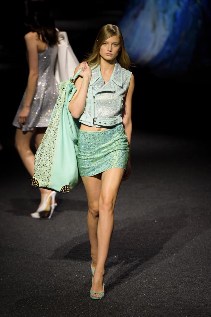 Il verde degli abissi e dei mari tropicali si riflette in questo completo con gonna, giacca e maglia, brillanti, fluidi e luminosi