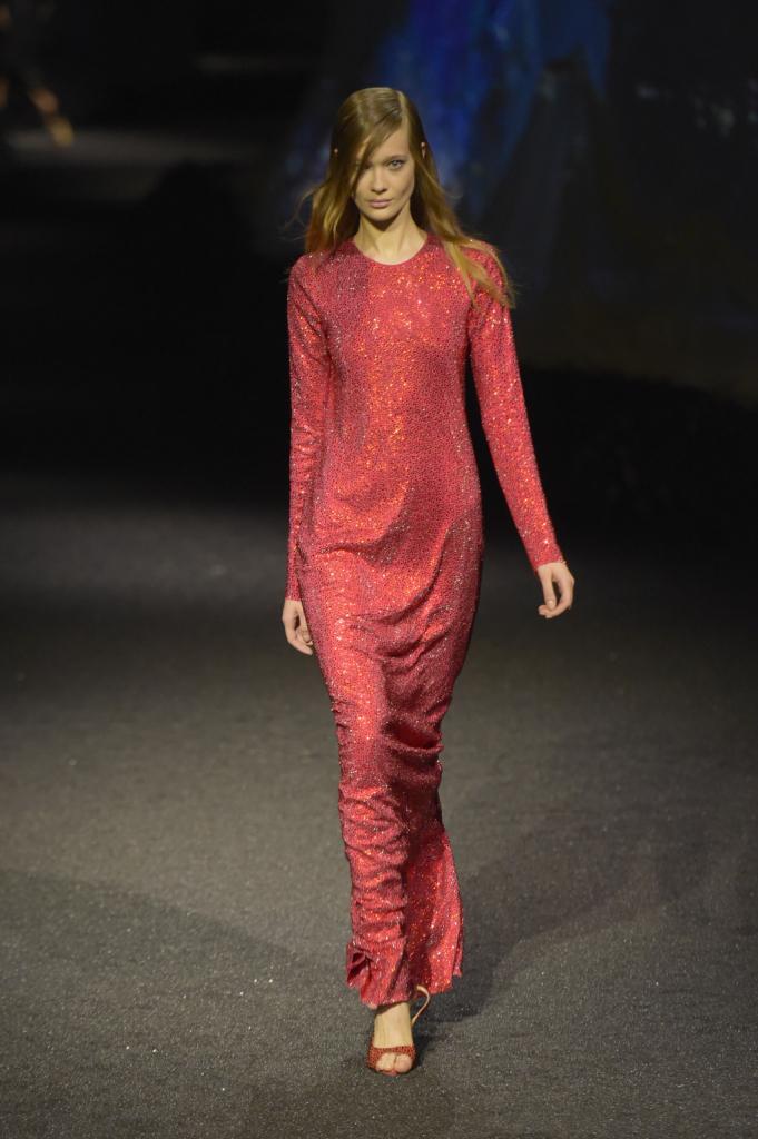 Ma sono gli abiti lunghi di  Philipp Plein a dominare la scena: con i colori degli abissi e una linea morbida
