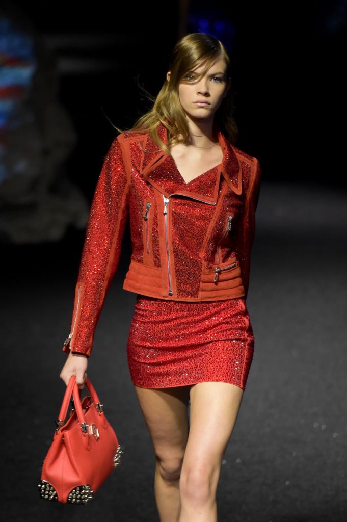 Una donna, quella di Philipp Plein, che vive di contrasti, alternando tacchi alti e sneakers, abiti eleganti e shorts