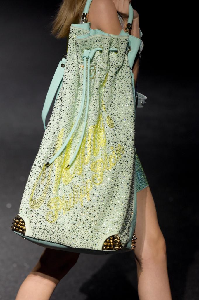 I dettagli per Philipp Plein fanno la differenza, anche negli accessori, con minibag e maxi sacche, decorate con borchie e Swarovsky