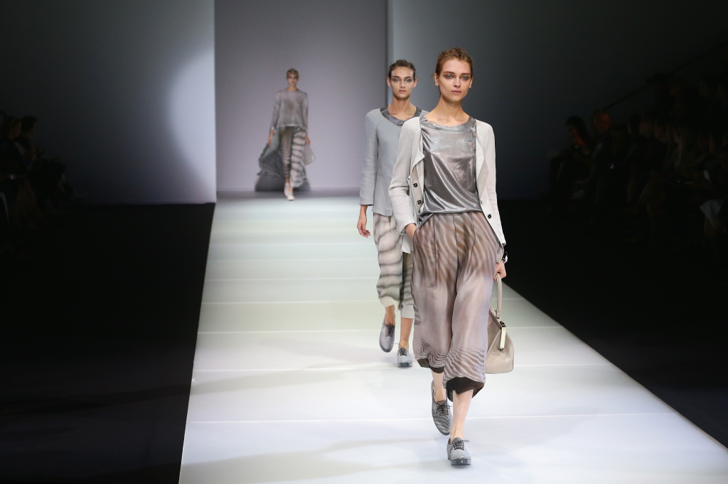 Bagliori metallici, tinte sabbia, linee morbide: questa è la SS15 di Giorgio Armani