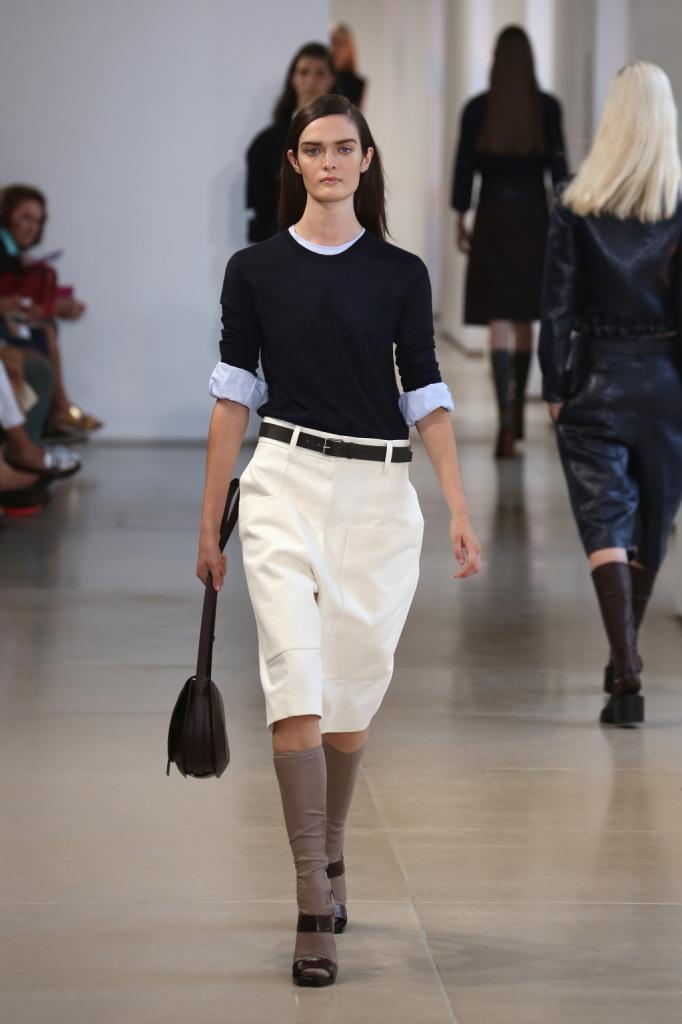 Un look minimale, severo, che viene reso divertente e contemporaneo dai calzettoni con sandali