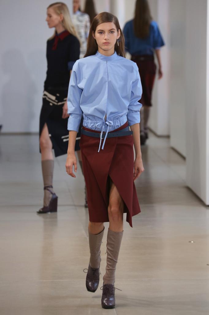 Effetto sporty per la giacca con coulisse, da portare sulla gonna con spacco