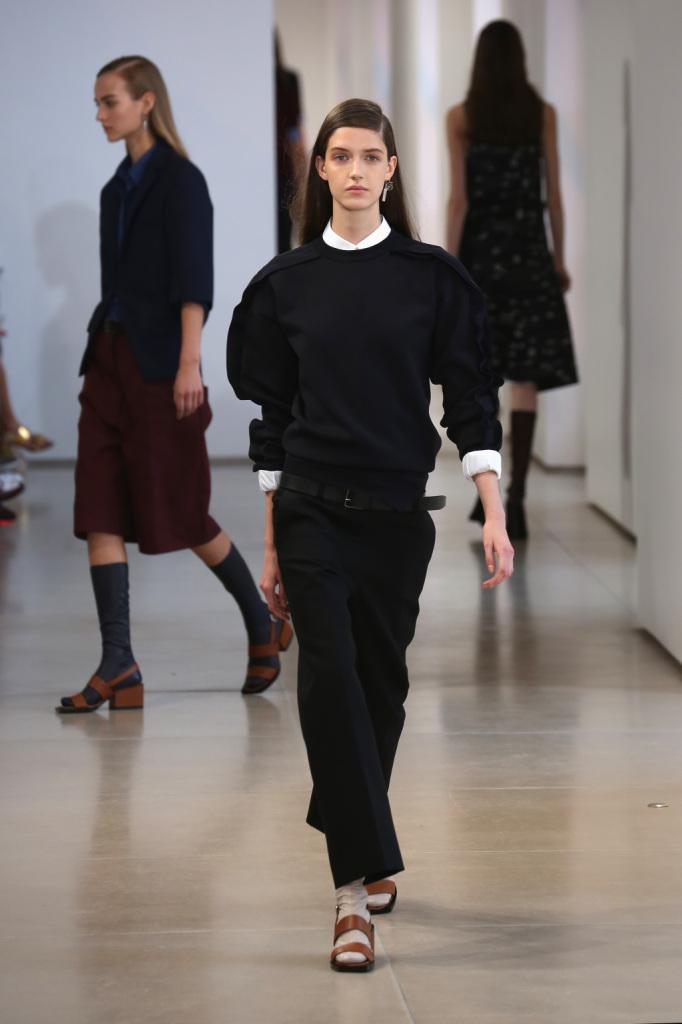 Volumi over, esasperati, per il maglione in nero