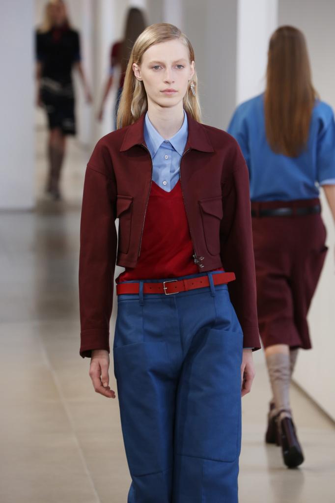 Il giacchino è fitted per controbilanciare i volumi over dei pantaloni
