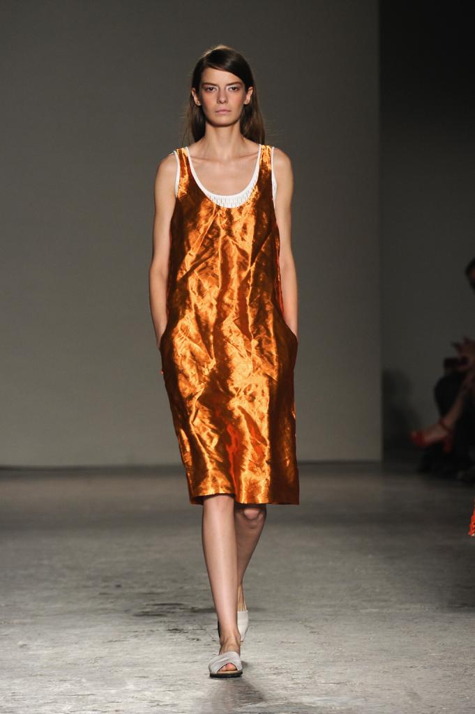 Oltre al bianco, al nero e al grigio qualche tocco di colore arriva dal bronzo tendente all'arancio