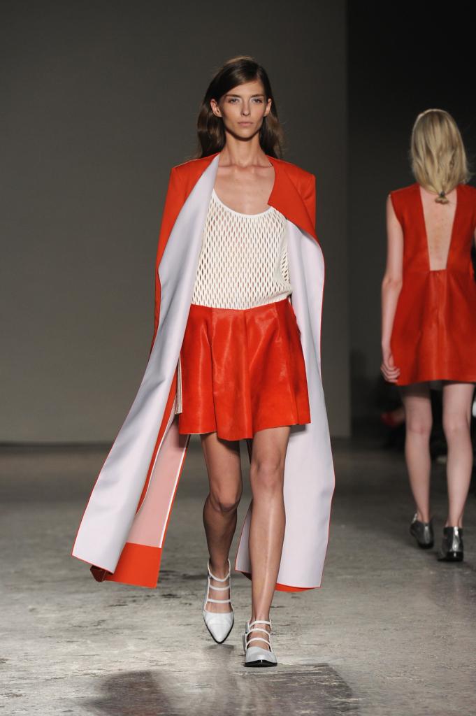 Il bianco si illumina con un tocco di arancio acceso per questo completo di Gabriele Colangelo