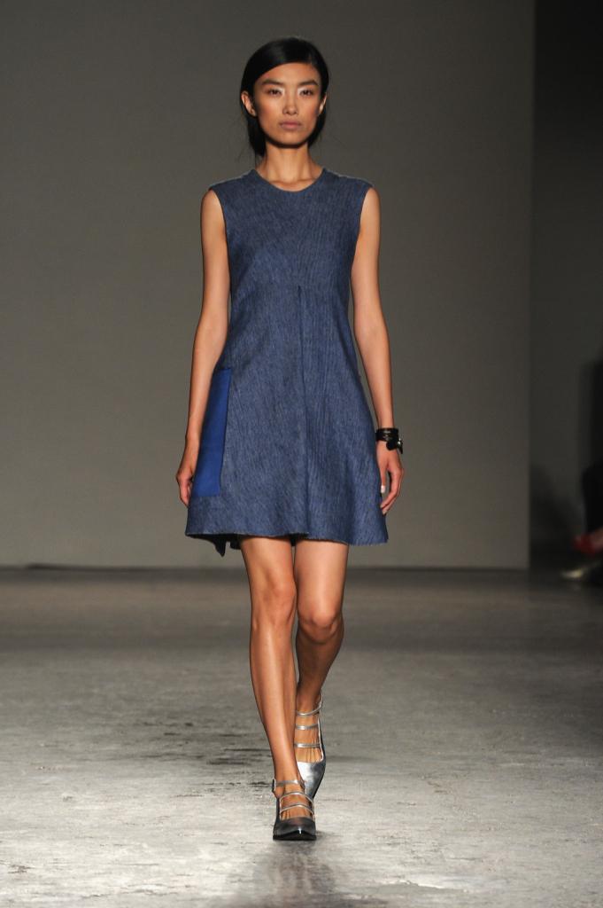 Linee geometriche e stile sobrio anche nei vestiti, che evidenziano il punto vita
