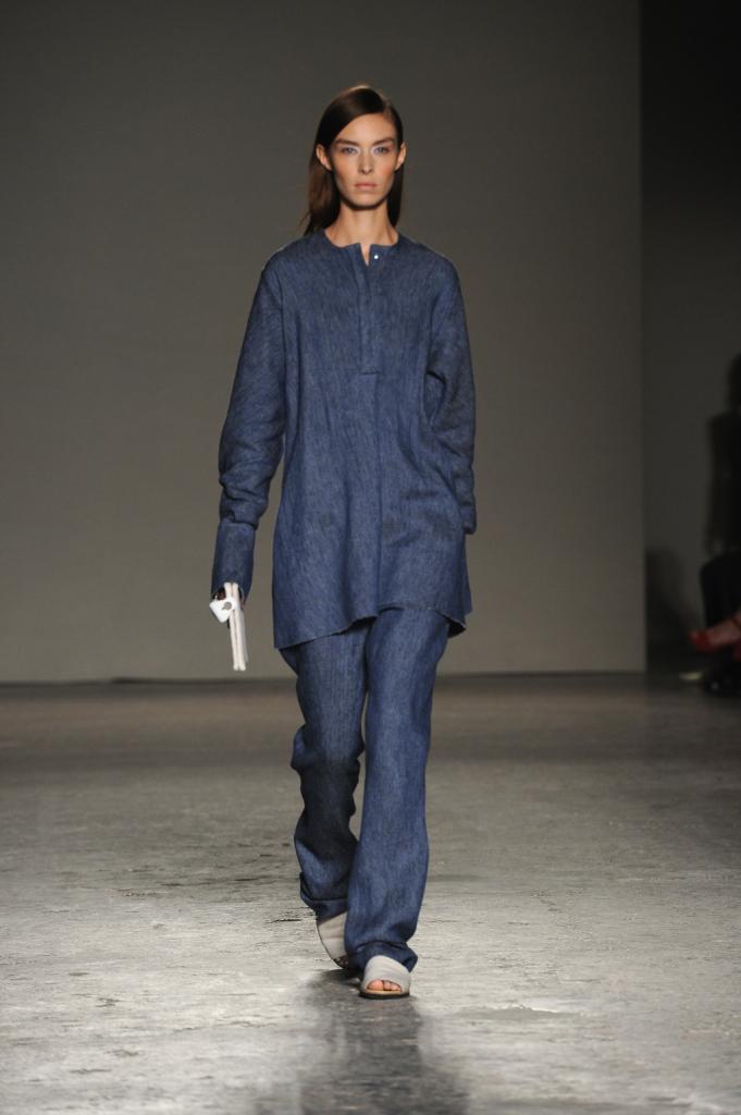 Un altro abito in stile maschile per la donna di Colangelo che nasconde la sua femminilità e non la esibisce
