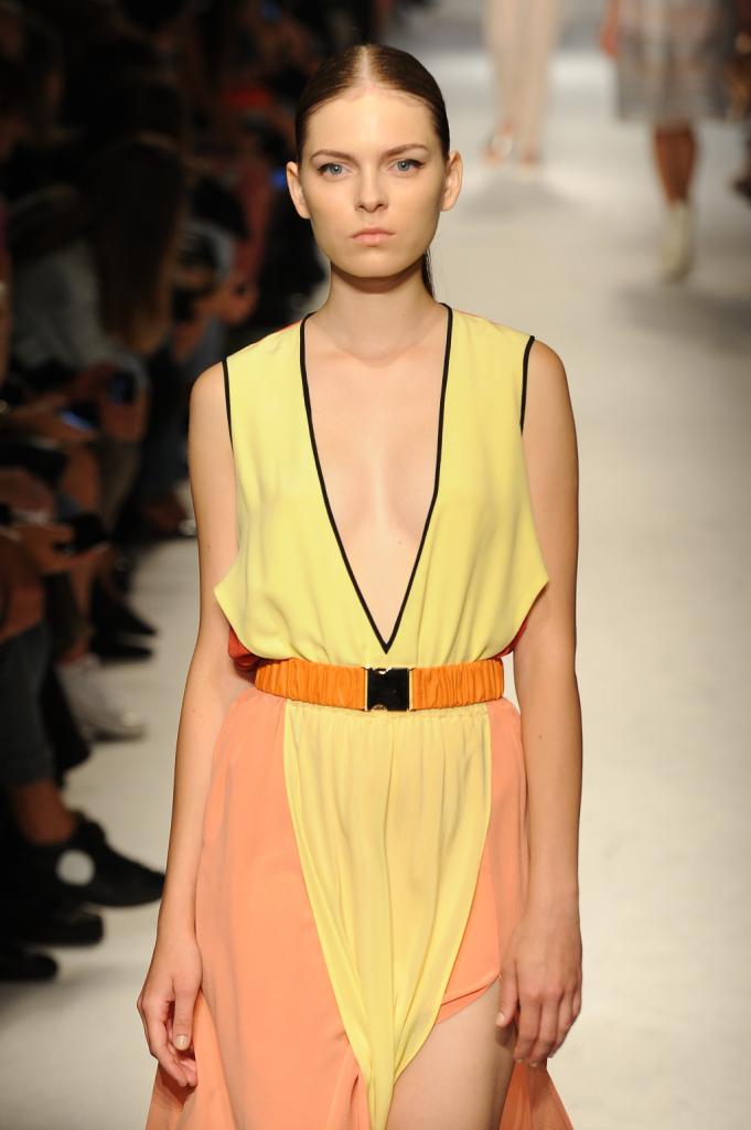 Outfit più sensuali e audaci con profondi scolli a V, Massimo Rebecchi