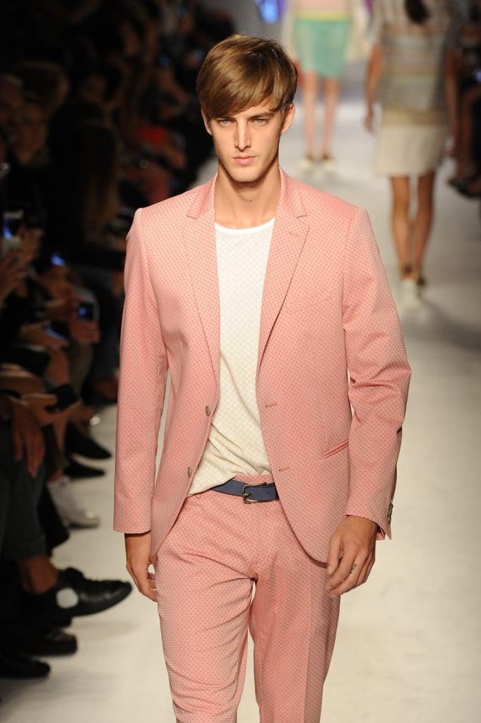 Outfit maschili nei colori rosa tenue o celeste cielo, pantalone dritto con tasche laterali e giacca avvitata Massimo Rebecchi nuova collezione