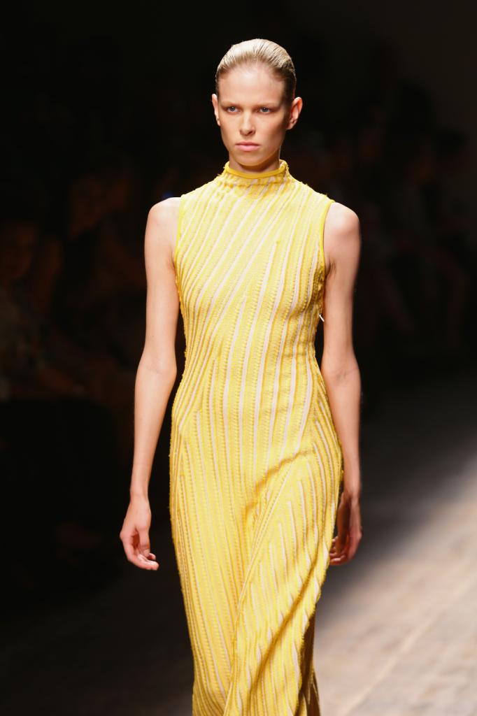 Maglieria come capo principe della nuova colelzione Salvatore Ferragamo, abito giallo