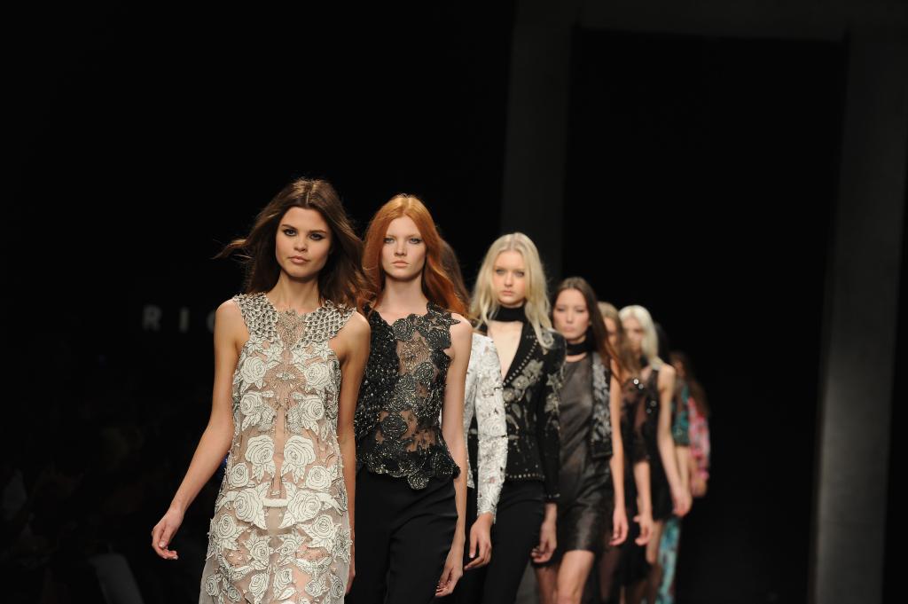 Trasparenze, pizzi e pelle nella sfilata S/S 2015 firmata John Richmond alla Milano Fashion Week