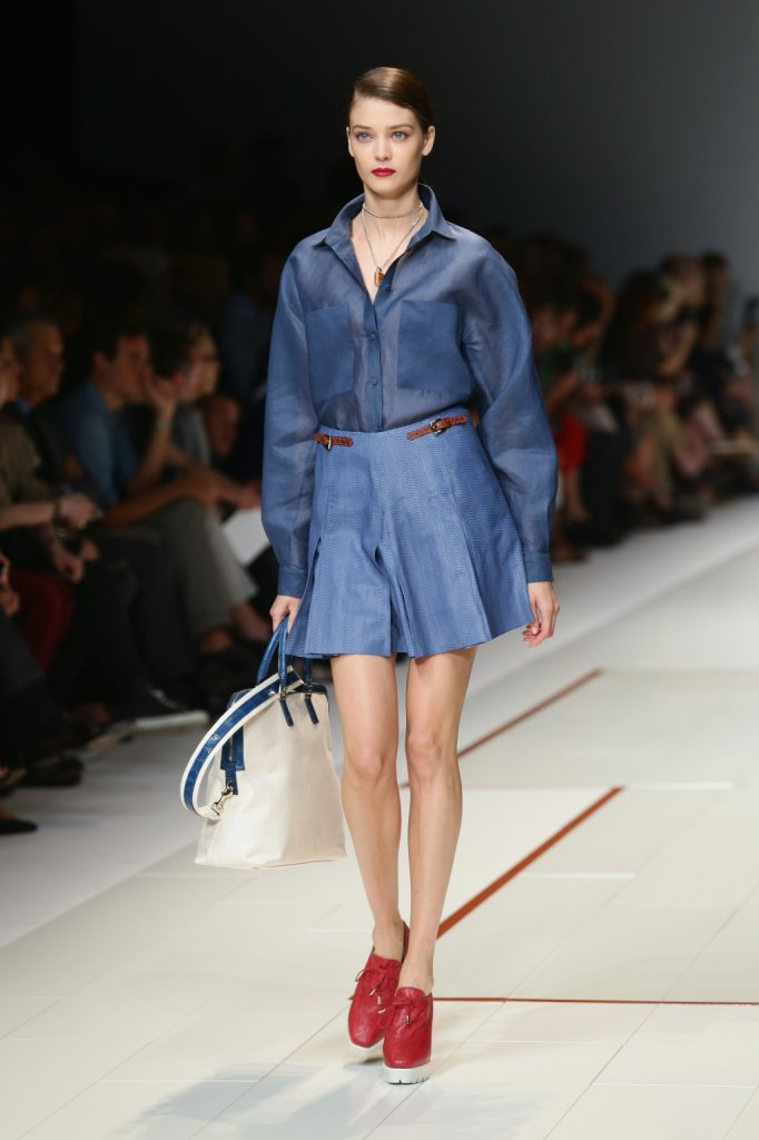 Gaia Trussardi reinterpreta anche il denim, con un outfit sportivo ed elegante