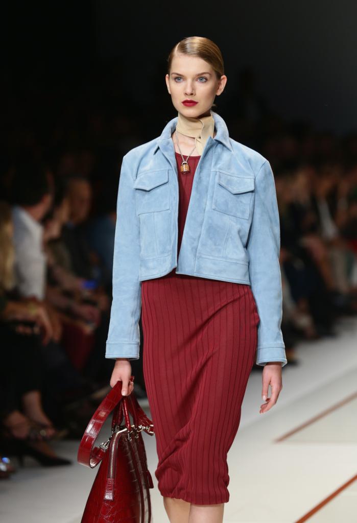 Vestiti e giacche in pelle scamosciata azzurra per la nuova collezione di Trussardi