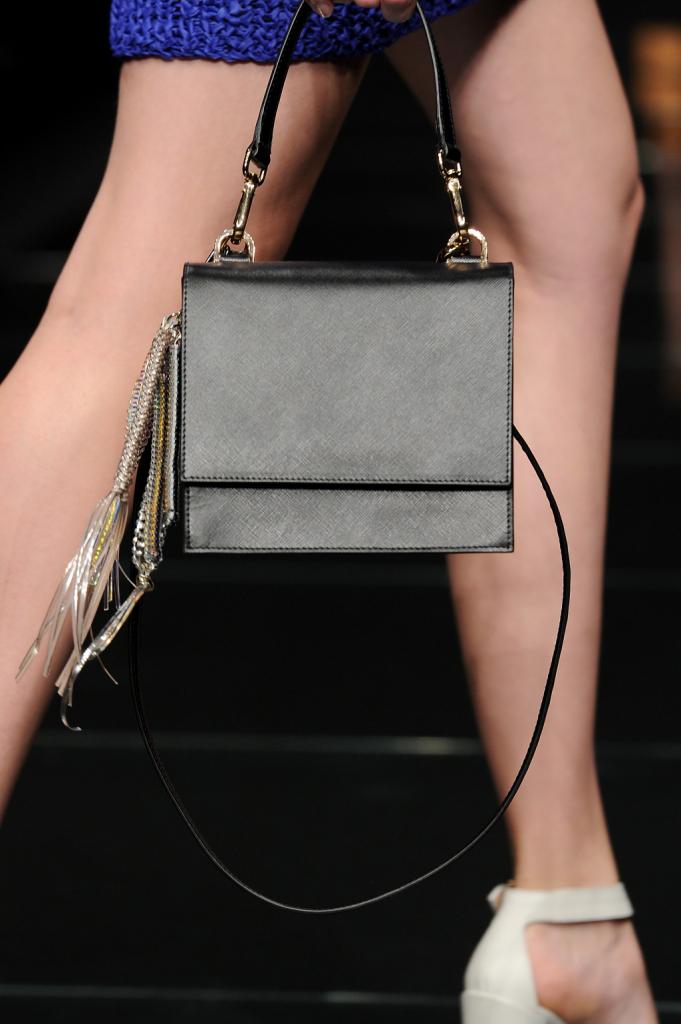 Dettaglio - borsa con profili a contrasto e inserti metallo / Anteprima ss 2015 Milano Fashion Week