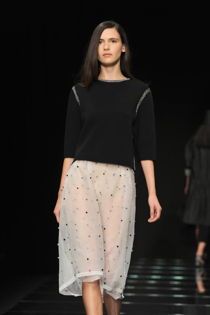 Top nero con inserti in contrasto e gonna leggera al ginocchio / Anteprima ss 2015 Milano Fashion Week