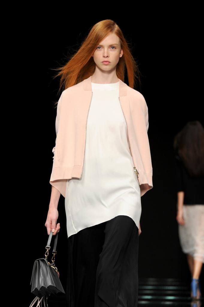 Linee essenziali per il top bianco, con capospalla rosa pastello / Anteprima ss 2015 Milano Fashion Week
