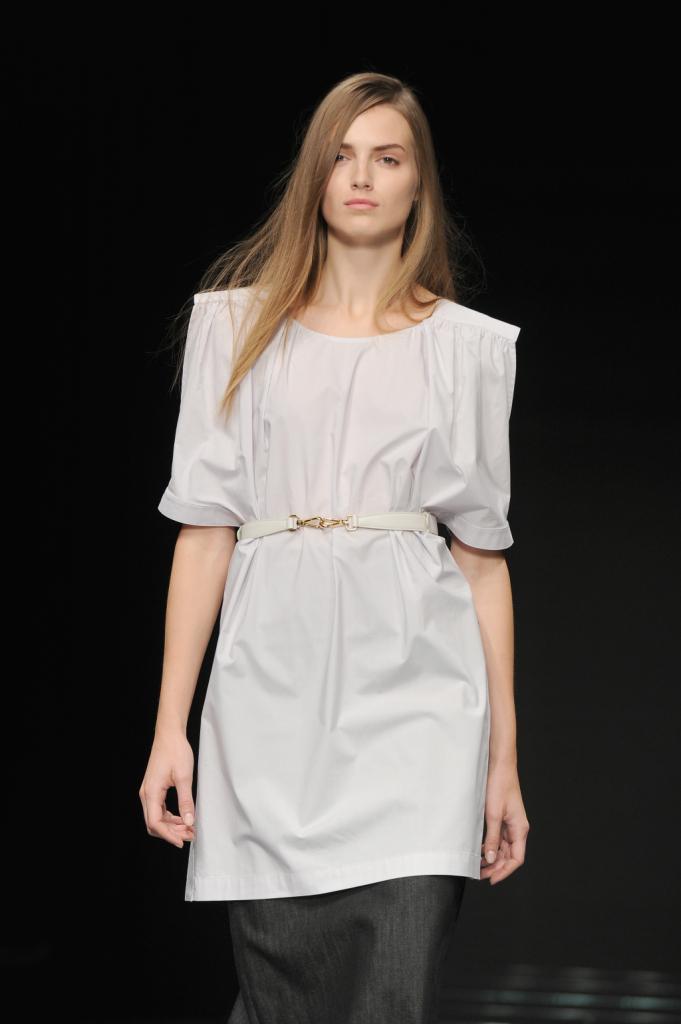 Una sottile cintura con inserto metallo cinge la blusa Anteprima ss 2015