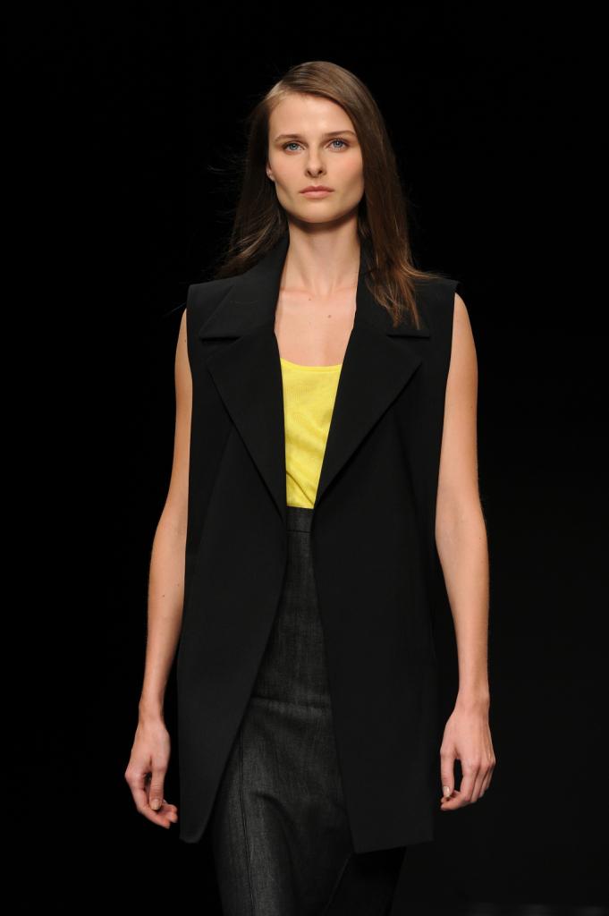 Top giallo neon, pantaloni neri, gilet nero morbido / Anteprima ss 2015