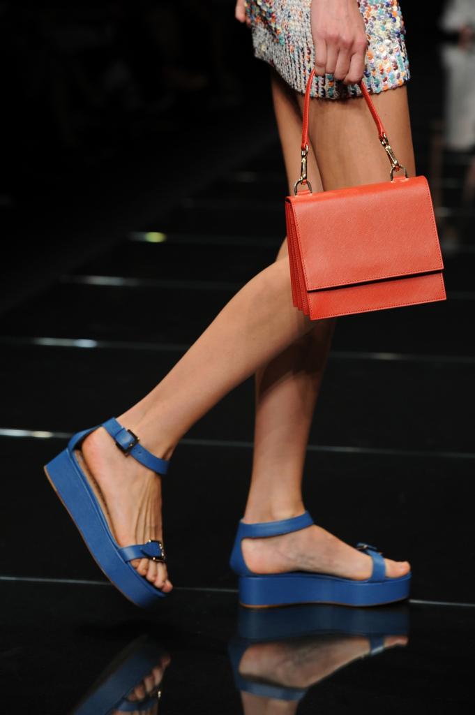 Dettaglio: borsa a mano arancio e sandali blu elettrico / Anteprima ss 2015