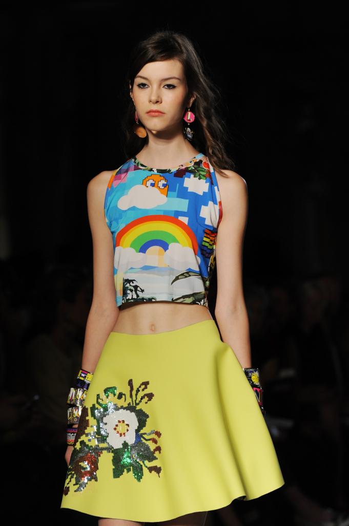 Mondi fiabeschi e stampe digitali divertenti sugli abiti Leitmotiv in scena alla Milano Fashion Week