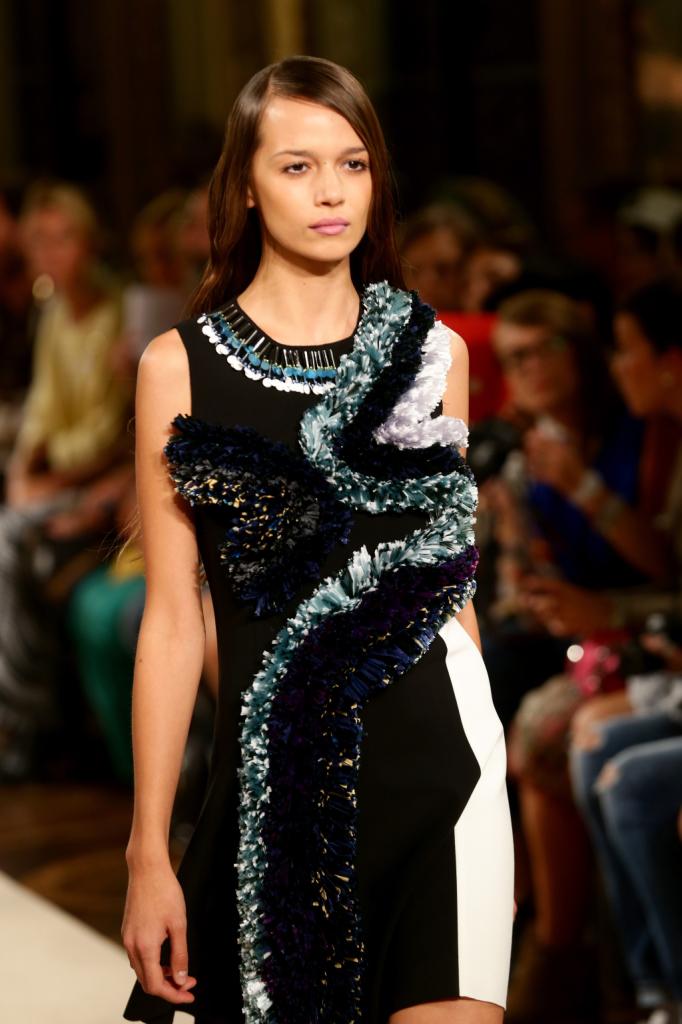 Il vestito basic è attraversato da un fulmine / Heohwan Simulation Milano Fashion Week 2014