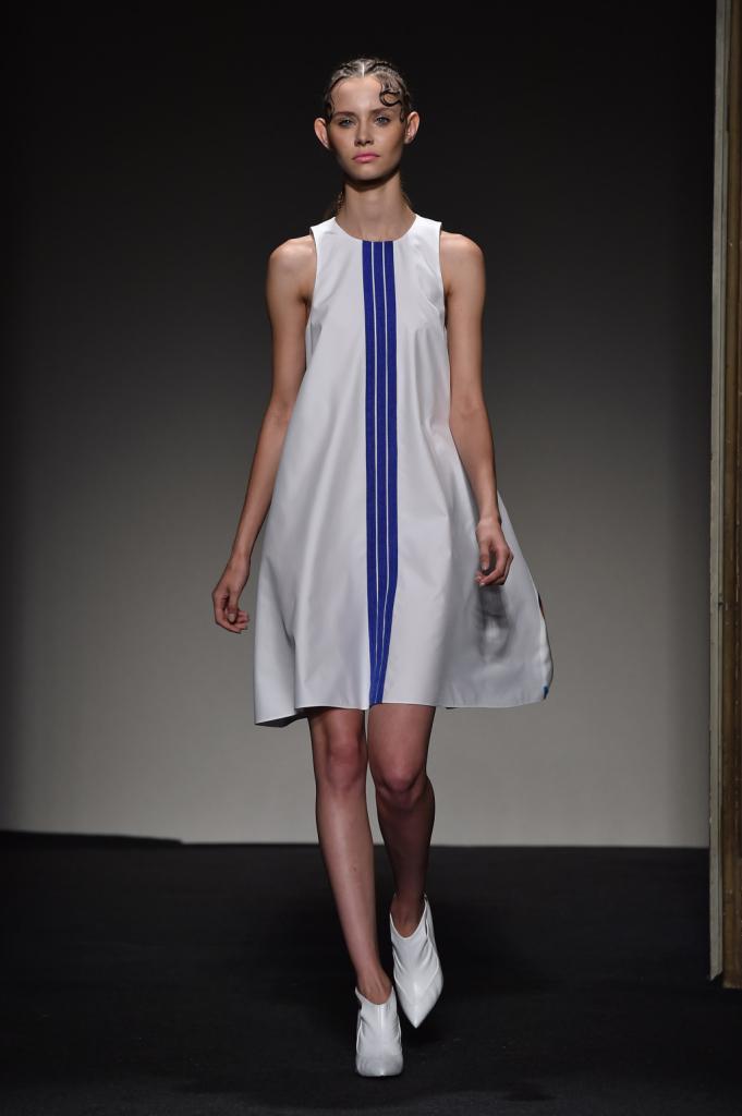 Abito bianco con stampa di ispirazione sportswear / Grinko SS 2015