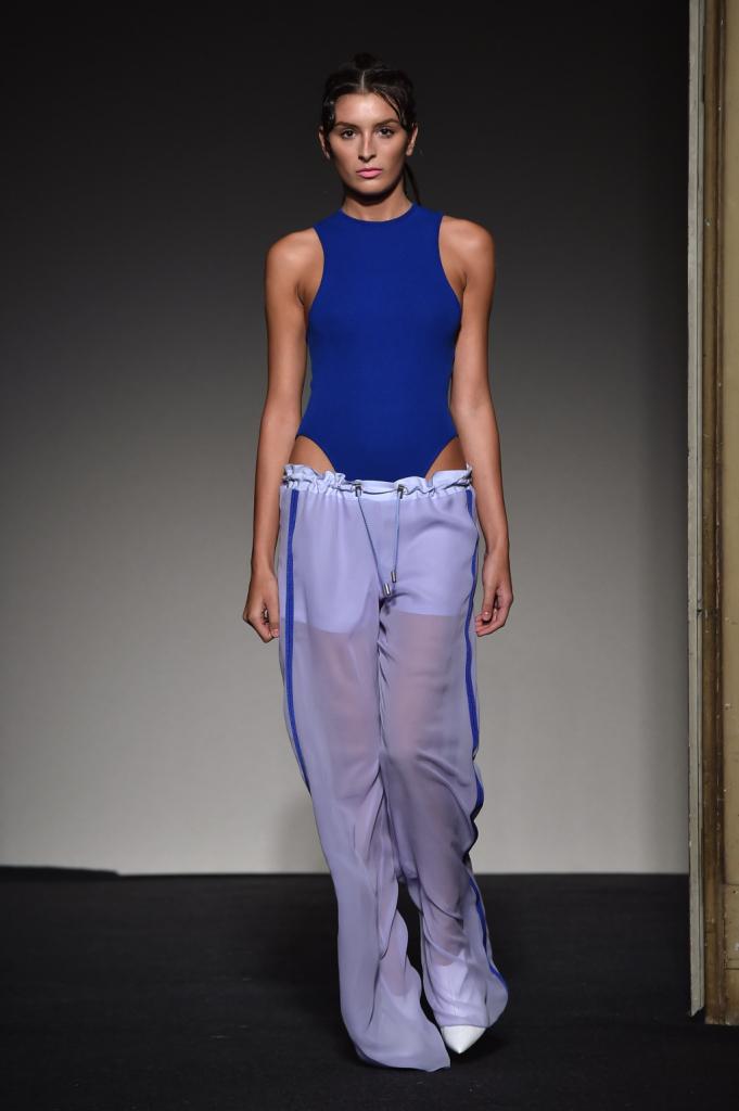 Body nel blu iconico della collezione abbinato con pantaloni di ispirazione sportiva / Grinko SS 2015