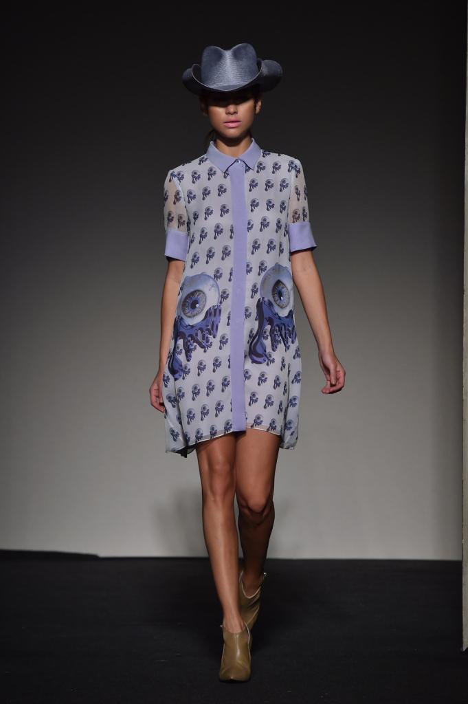 Contrasti tra la leggerezza dell'abito, i motivi occhio e il copricapo in stile texano - Grinko SS 2015