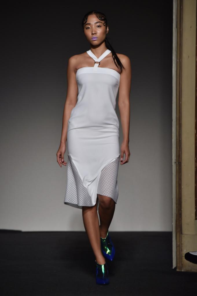 Scollo a Y per il little white dress che si fonde con un effetto rete / Grinko SS 2015