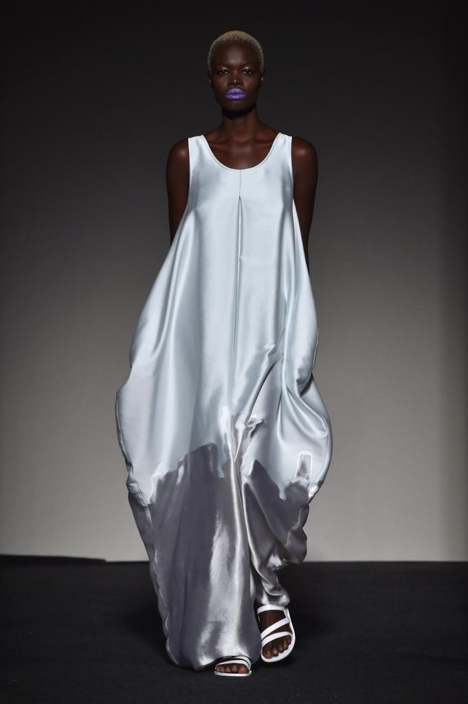 La leggerezza della struttura in questo abito bianco e grigio / Grinko SS 2015