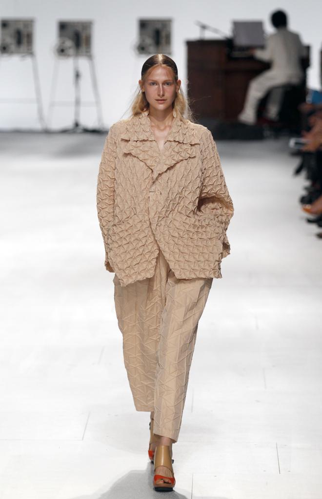 Giacca 3d e pantaloni morbidi beige / Issey Miyake ss 2015