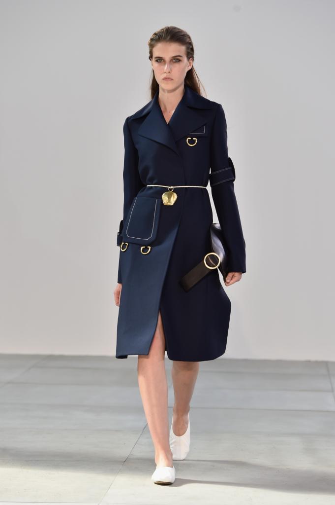 Il taglio del capo, la tasca, le applicazioni, la cintura: la bellezza dell'insieme e dei particolari - Céline SS 2015