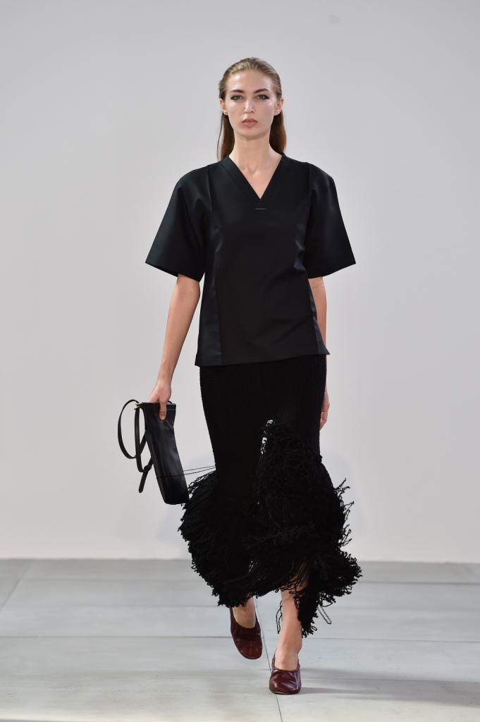 Frange in contrasto con la linearità del look total black - Céline SS 2015