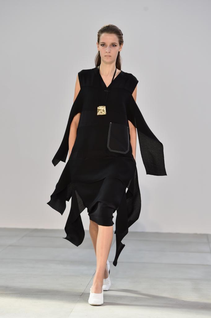 Il movimento perfetto di stoffe, ritagli, dettagli - Céline SS 2015