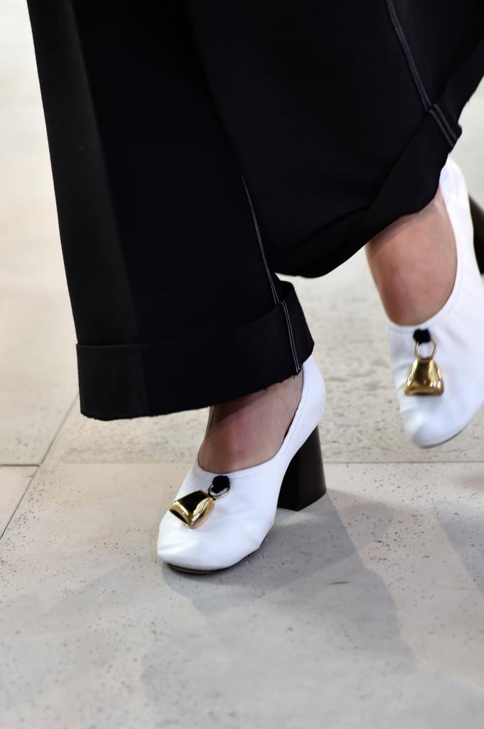 Dettagli che ritornano nella versione con tacco delle scarpe della collezione - Céline SS 2015
