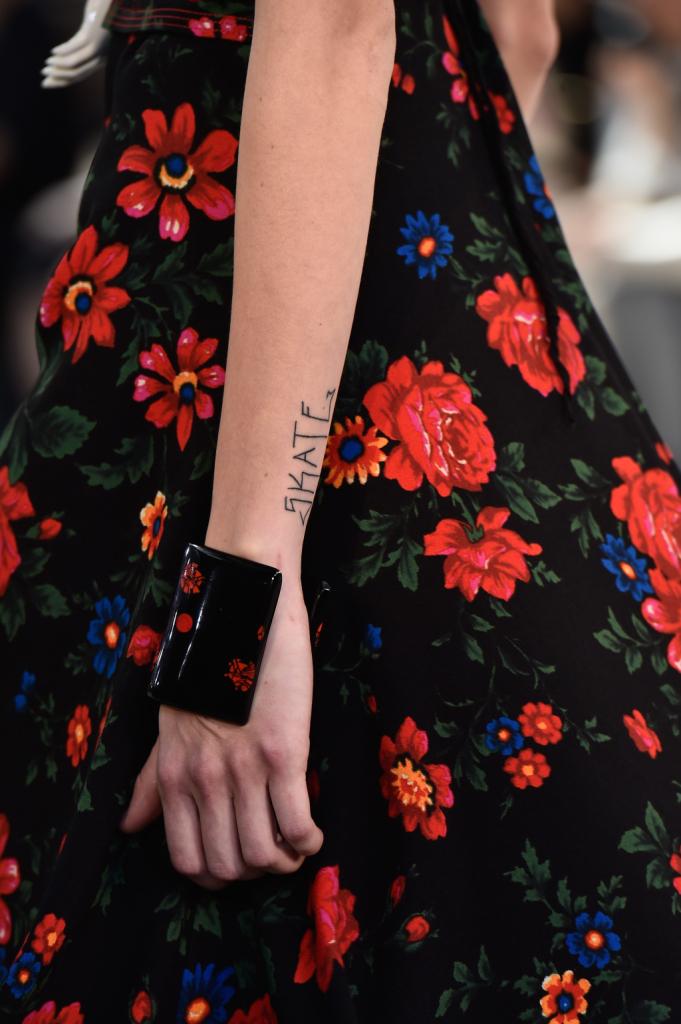 Abito che continua sul bracciale - dettaglio - Céline SS 2015