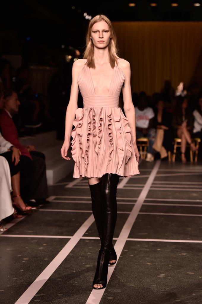 Un tocco di dolcezza in rosa per la SS15 di Givenchy