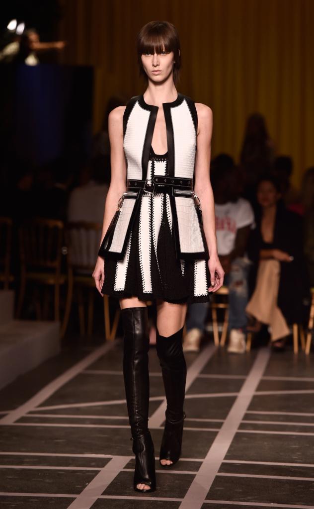 Elaboratissimi pannelli compongono l'abito in Black&White
