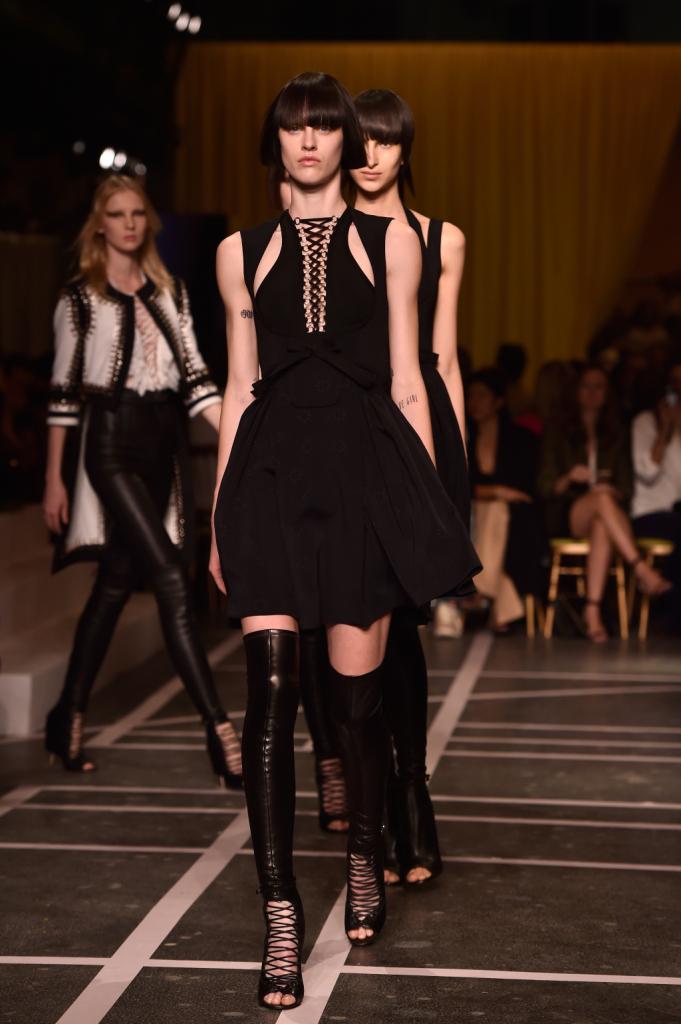 Focus sull'intreccio dello scollo per il semplice abito in nero
