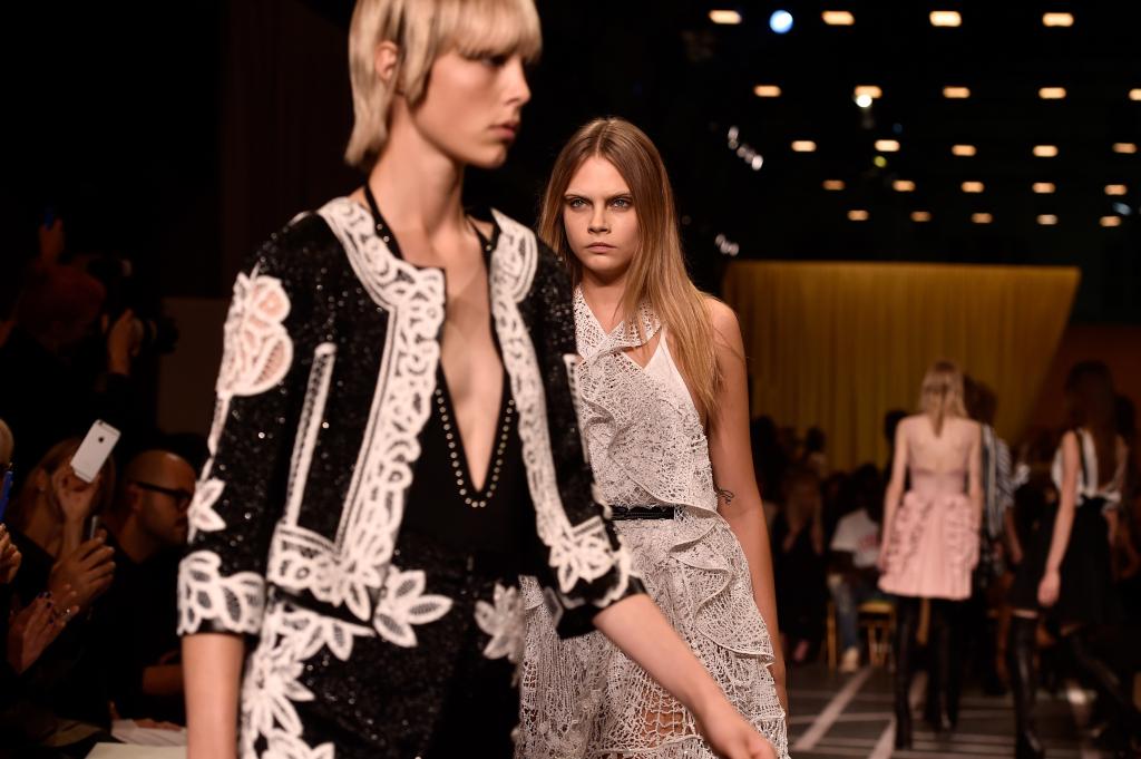 Cara Delevingne sulla passerella di Givenchy