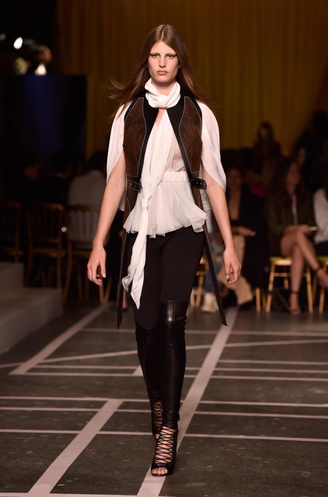 Una corsara sensuale percorre la passerella di Givenchy