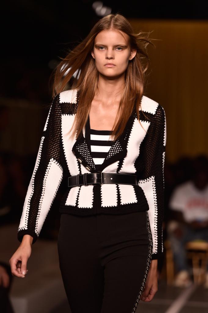 Un modernissimo patchwork in bianco e nero compone la texture della giacca squadrata